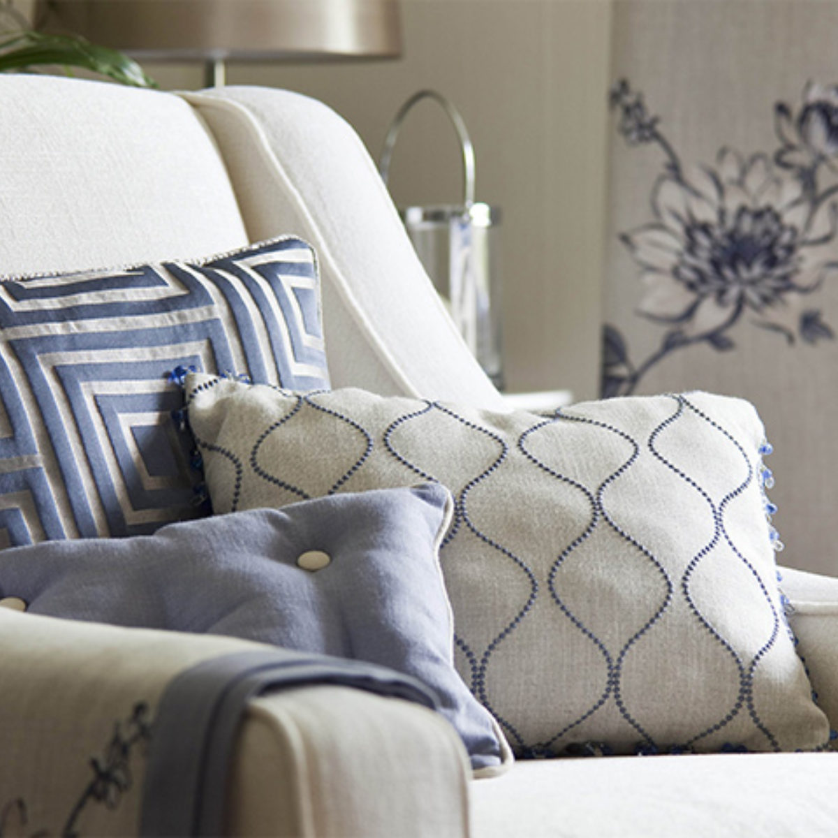 Image d'un fauteuil avec un coussin et des rideaux