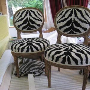 petite chaise avec tissu zèbre